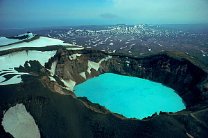 Blue sulphuric/hydochloric lake in volcano crater, Kamchatka, Russia - NIGEL MARVEN