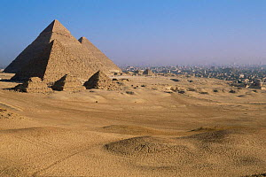 Looking across to Pyramids of Giza, ancient wonder of the world, with Cairo in background, Egypt, North Africa - Staffan Widstrand