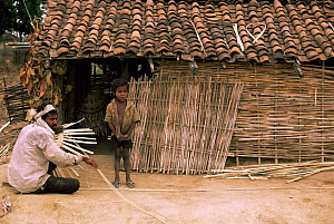 Basket makers, near Bandhavgarh NP, Central India.  -  Pete Oxford