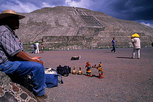 Souvenir seller. Pyramid of the Sun, Teotihuacan - Aztec archaeological site. Mexico. - Daniel Gomez