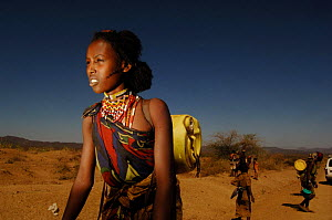 Young women from the Borona tribe, carrying wate,r. Omo valley, South Ethiopia. 2006 - Laurent Geslin