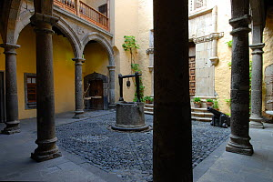 Casa Colon (House Colonic) courtyard with well, canons and pillars. Las Palmas, Gran Canaria, Canary Isles, Spain, September 2007  -  Fabio Liverani