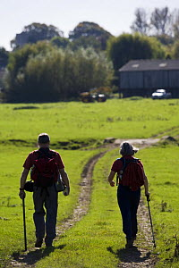 Walkers on a public bridleway, Bledington, Oxfordshire, UK - Nick Turner