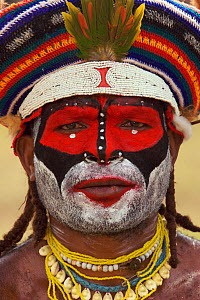 Man in traditional costume with painted face , Mount Hagen, Western Highlands Province, Papua New Guinea. September 2004  -  Tim Laman