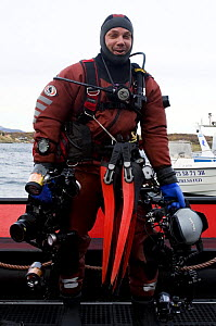 Photographer, Magnus Lundgren, in diving gear with photography equipment, Saltstraumen, Bod�, Norway, October 2008, photographed by Klas Malmberg, model released  -  Wild Wonders of Europe / Lundgren