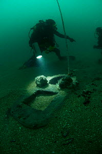 Diver with step (part of the ship's mast, where one section is joined to the next) of an unknown wreck discovered off the south coast, UK.. September 2009. - Michael Pitts