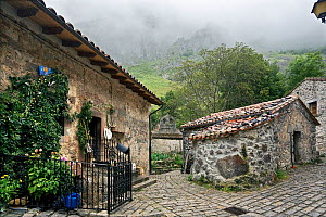 Traditional buildings and sett-paved road in the isolated village of Bulnes, only accessible by cable car. Picos de Europa National Park, Cantabria, Spain. July 2008.  -  Angelo Gandolfi