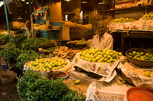Market stall selling fruit, Calcutta, India, November 2007 - Patricio Robles Gil