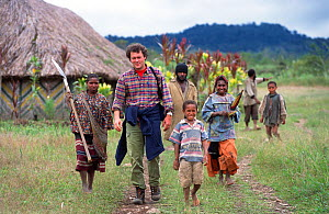 Producer Huw Cordey with Huli people in Papua New Guinea during the filming of 'Jungles' for the BBC NHU Planet Earth series, August 2004.  -  Tom Clarke
