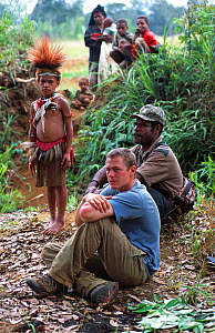 Researcher Jeff Wilson with Huli people in Papua New Guinea during the filming of 'Jungles' for the BBC NHU Planet Earth series. August 2004.  -  Tom Clarke