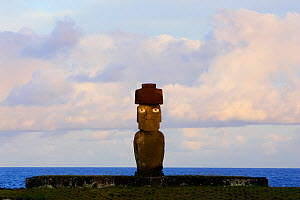 Silhouette of Moai statue at dawn in Ahu Ko Te Riku, restored archaeological site of Ahu Tahai, Hanga Roa, Easter Island, Pacific ocean, November 2004 - Oriol Alamany