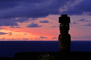 Silhouette of Moai statue at dusk in Ahu Ko Te Riku, restored archaeological site of Ahu Tahai, Hanga Roa, Easter Island, Pacific ocean, November 2004  -  Oriol Alamany