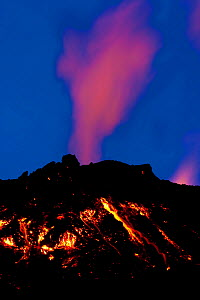 Volcanic eruption, Eyjafjallajokull, near the Myrdalsjokull glacier, South Iceland, april 2010.  -  Inaki Relanzon