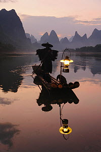 Traditional Chinese fisherman with Cormorants on the Li River at sunrise, near Guilin, China  -  Visuals Unlimited
