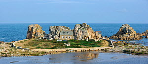 Castel Meur / Pointe du Chateau, a picturesque house sandwiched between two granite boulders near the sea at Plougrescant. Brittany, France, September 2010.  -  Philippe Clement