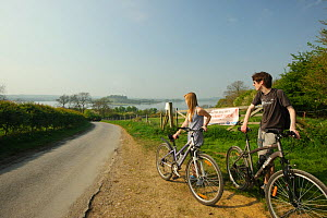 Cyclists at Lyndon Visitor Centre, Rutland Water, Rutland, UK, April 2011 - Terry Whittaker / 2020VISION