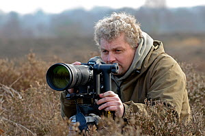 David Tipling, 2020VISION photographer, working at Wetleton Heath, Minsmere RSPB reserve, Suffolk, UK, February 2011. Model released  -  Chris Gomersall / 2020VISION