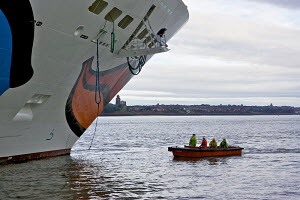 Stevedores waiting to receive cables from Cruise Liner 'Aida Blu' as she arrives in Liverpool. River Mersey, England, August 2011. All non-editorial uses must be cleared individually. - Graham Brazendale