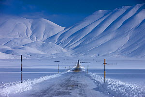 The road across the Piano Grande in winter. Monti Sibillini National Park, Umbria, Italy, February 2010.  -  David Noton