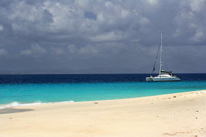 Yacht cruising past Sandy Cay near to Jost Van Dyke Island, British Virgin Islands, April 2005. All non-editorial uses must be cleared individually. - Sea & See