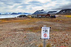 Sign warning of ground nesting birds, Ny-Alesund International Research village, Spitzbergen, Svalbard, Norway, July 2011 /   Panneau d'avertissement pour indiquer la nidification d'oiseaux dans le v...  -  Christophe Courteau