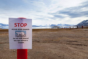 Sign warning of danger of Polar bears, Ny-Alesund International Research village, Spitzbergen, Svalbard, Norway, July 2011  /   Panneau d'avertissement de danger en raison de la presence possible d'o...  -  Christophe Courteau
