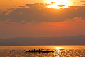 Fishermen on Lake Kivu at dawn, using traditional fishing rods and paraffin lights. Democratic Republic of Congo, August 2010  -  Christophe Courteau