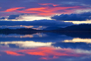 RF- Sunset over Loch Insh, Cairngorms National Park, Highlands, Scotland, UK, November 2011. (This image may be licensed either as rights managed or royalty free.) - Peter  Cairns / 2020VISION