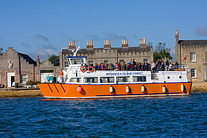 Ferry from Poole disembarking passengers at Brownsea Island, Poole, Dorset, England, October 2010. All non-editorial uses must be cleared individually. All non-editorial uses must be cleared individua... - David Woodfall