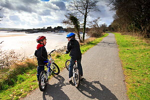 Children on The Tarka Trail cycle path, Devon, UK, March 2010. - Nick Turner