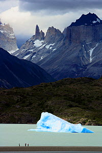 People and an iceberg in Lake Grey with Valle del Frances in the background, Torres del Paine National Park, Patagonia, Chile  -  Oriol Alamany