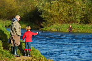 Family fishing from the bank of the River Tweed at Junction Pool, Kelso, Roxburghshire, Scotland, UK, October 2011. 2020VISION Exhibition. 2020VISION Book Plate. Did you know? The most popular UK spor...  -  Rob Jordan / 2020VISION