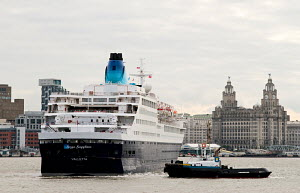 Cruise ship 'Saga Sapphire' turning before mooring at Liverpool Cruise Liner Terminal, River Mersey, England, July 2012. For editorial use only. - Norma Brazendale