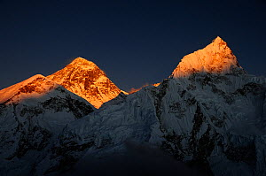 Last light on peaks of Everest (8848m) and Nuptse (7879m), Sagarmatha National Park (World Heritage UNESCO). Khumbu / Everest Region, Nepal, Himalaya, October 2011.  -  Enrique Lopez-Tapia