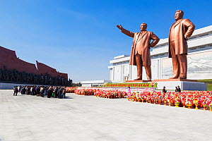 Mansudae Grand Monument people bowing to giant statues of former Presidents Kim Il-Sung and Kim Jong Il, Mansudae Assembly Hall on Mansu Hill, Pyongyang, Democratic Peoples' Republic of Korea (DPRK) N... - Gavin Hellier