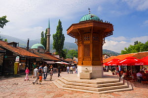 Sebilj, a Moorish-style fountain modelled on a stone fountain in Istanbul dating from 1891 in front of Bascarsija Mosque, Bascarsija district, Old Town, Sarajevo, Bosnia and Herzegovina, Balkans 2007 - Gavin Hellier