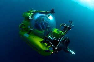 Mike de Gruy, underwater camerman, in Remora submersible, Mediterranean - Michael Pitts