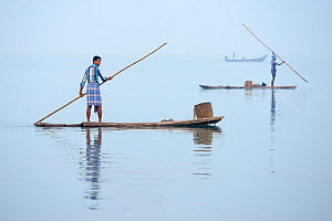 Throw-net fishermen on raft, Pulicat Lake, Tamil Nadu, India, January 2013.  -  Staffan Widstrand,Staffan Widstrand
