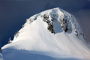 Snowboarders below Table Mountain in the Mount Baker Wilderness, Washington, USA. March 2013.  -  Kirkendall-Spring