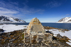 Monument commemorating dead whalers from the Arctic whaling era, 1600-1750, Magdalena's Bay, Spitzbergen, Svalbard, Norway, June, 2012.  -  Christophe Courteau