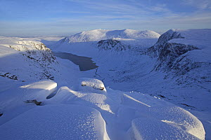 U shaped valley and Loch Avon, Grampian Mountains, Scotland, November 2007.  -  Pete Cairns