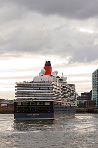 'Queen Elizabeth' turning before mooring at Liverpool Cruise Liner terminal. Merseyside, England, UK, August 2013. All non-editorial uses must be cleared individually. - Norma  Brazendale