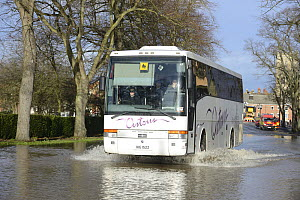 Shuttle bus driving through flood waters during Worcester's record floods, New Road, Worcester, England, UK, 13th February 2014.  -  Will Watson