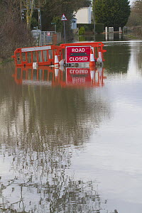 Road closed sign in flooded lane following February 2014 floods in Severn valley, Gloucestershire, England, UK, 7th February 2014. - David  Woodfall