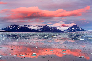 First sunset in Arctic since the spring, in Spitsbergen, Svalbard Archipelago, Norway, 23 August 2014.  -  Christophe Courteau