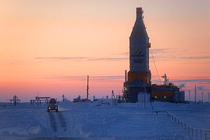 A gas drilling derrick at sunset in the South Tambey Gas Field, Yamal Peninsula, Siberia, Russia. February 2014.  -  Bryan and Cherry Alexander