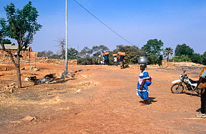 Sevare village scene with villagers carrying goods. Mali, 2005-2006.  -  Steve O. Taylor (GHF)