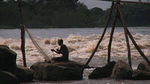 Fisherman mending nets by the Wagena rapids on the Congo River, Kisangani, Democratic  Republic of the Congo, 2009.  -  Steve O. Taylor (GHF)