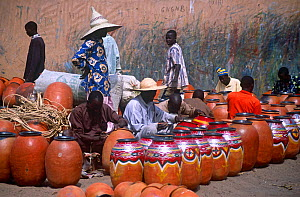 Pots for sale at Mirriah pottery market, Niger, 2005.  -  Steve O. Taylor (GHF)