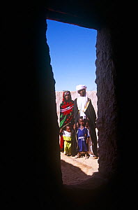 Bede, a Toubou guide, with wife and children, in Sigadine, Niger, 2005.  -  Steve O. Taylor (GHF)